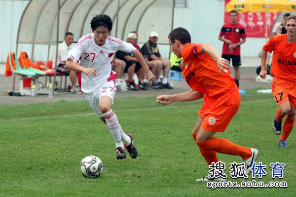 图文:[潍坊杯]国青2-0进决赛 王彤突破