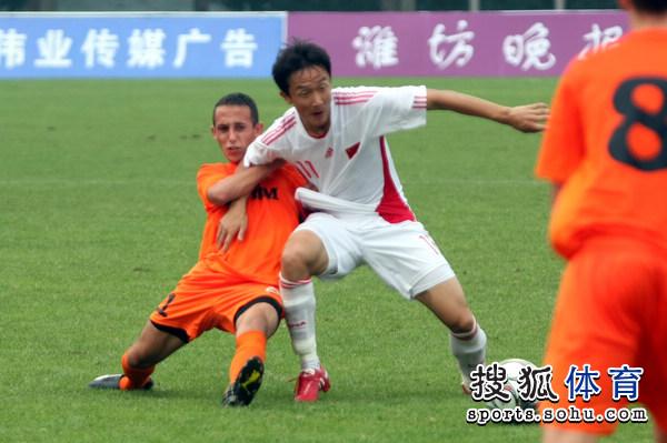 图文:[潍坊杯]国青2-0进决赛 邹宇成争夺