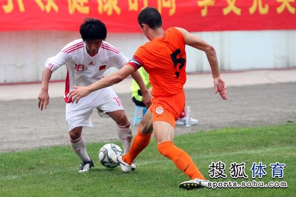 图文:[潍坊杯]国青2-0进决赛 金敬道带球