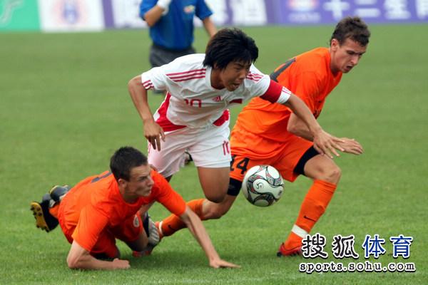 图文:[潍坊杯]国青2-0进决赛 金敬道被放倒