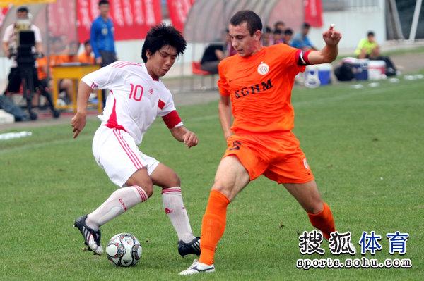 图文:[潍坊杯]国青2-0进决赛 金敬道过人