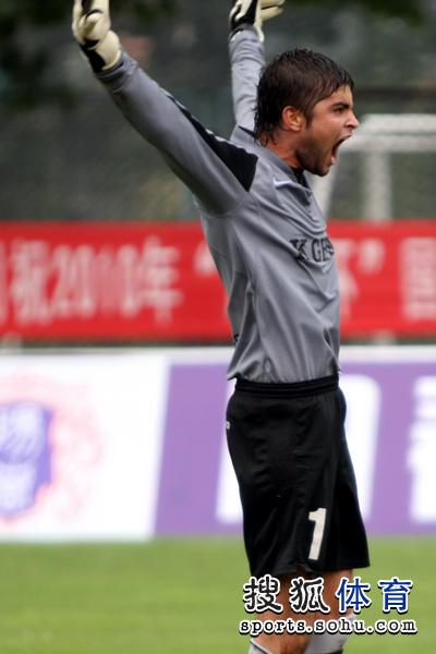 图文:[潍坊杯]国青2-0进决赛 门将兴奋扑点