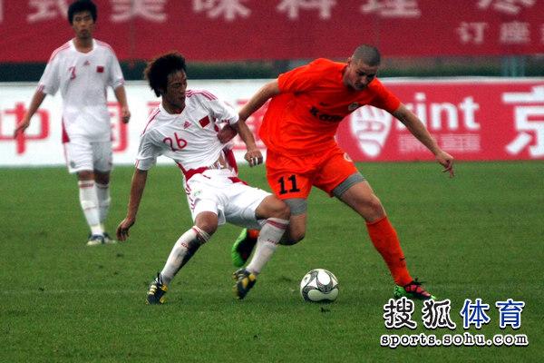 图文:[潍坊杯]国青2-0进决赛 防守拦截