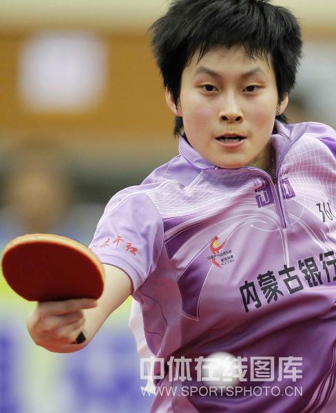 图文:[乒超]北京女团VS内蒙古 冯亚兰奋力回球
