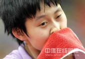 图文:[乒超]北京女团VS内蒙古 冯亚兰擦拭汗水