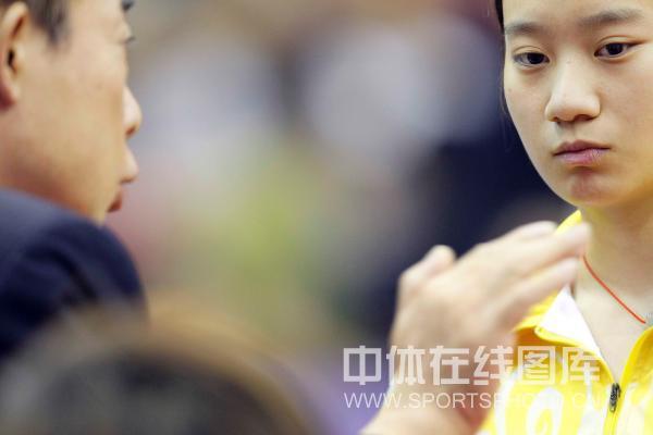 图文:[乒超]北京女团VS内蒙古 教练指点曹丽思