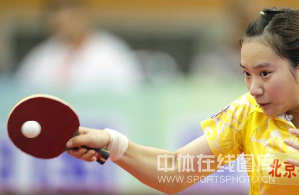 图文:[乒超]北京女团VS内蒙古 曹丽思在比赛中