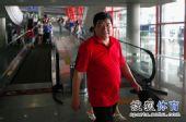 图文:射击队结束世锦赛归国 王义夫大红T恤