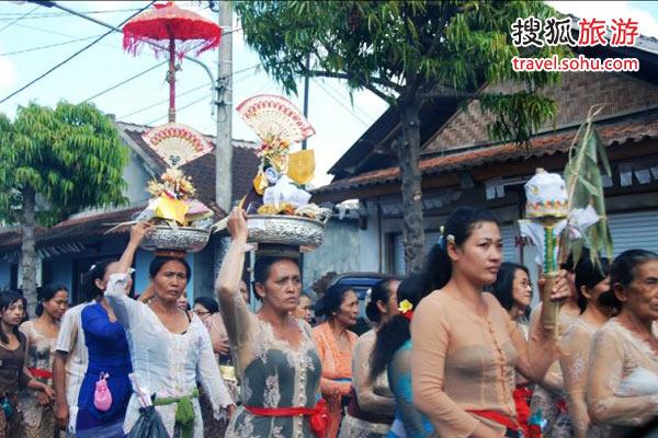 巴厘岛几乎每天都可见到祭祀游行