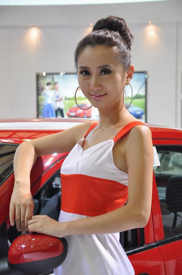 """香车美女,靓丽的模特自然是每次车展上众多""""长枪短炮"""""""