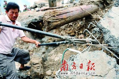 昨日,一名受灾居民正在清理被毁的家园。