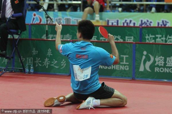 图文:[乒超]八一男团2-3上海 张洋跪地庆祝