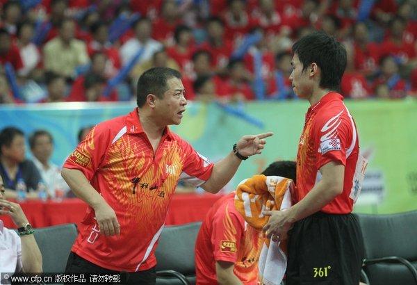 图文:[乒超]八一男团2-3上海 王涛指点弟子