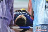 图文:[中超]重庆1-2山东 吴庆被担架抬出场