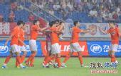 图文:[中超]重庆1-2山东 队友祝贺邓卓翔