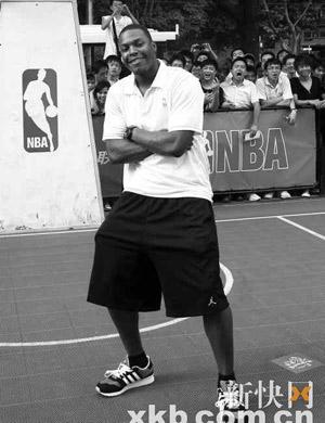 ■洛瑞现场耍酷,就像一个热爱篮球的美国大男孩。黎湛均/摄
