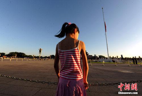 8月15日5时28分,天安门广场下半旗,对甘肃舟曲特大山洪泥石流遇难同胞表示深切哀悼。这是继2008年5月汶川地震和今年4月玉树地震后,国旗第三度为普通国民而降。中新社记者 刘震 摄