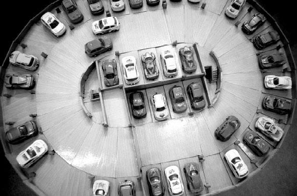 设计的螺旋上升停车场模型吸引了大家的目光,它具有占地小、容量
