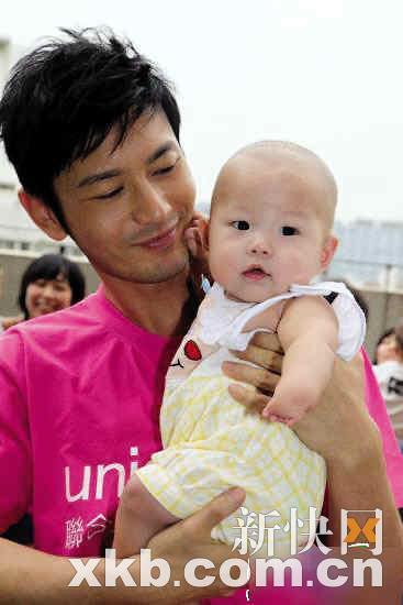 黄晓明是第一个向舟曲受灾学校捐款的明星
