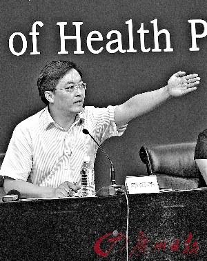 卫生部新闻发言人邓海华昨在记者会上答问。新华社发