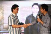 图:崔永元老师与张朝阳先生握手