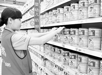 8月16日,圣元奶粉在海口一些超市重新上架。 新华社发