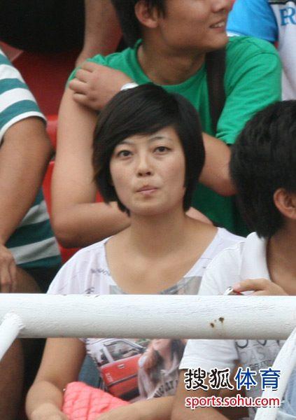 图文:[中超]国安陕西踩场 女球迷聚精会神