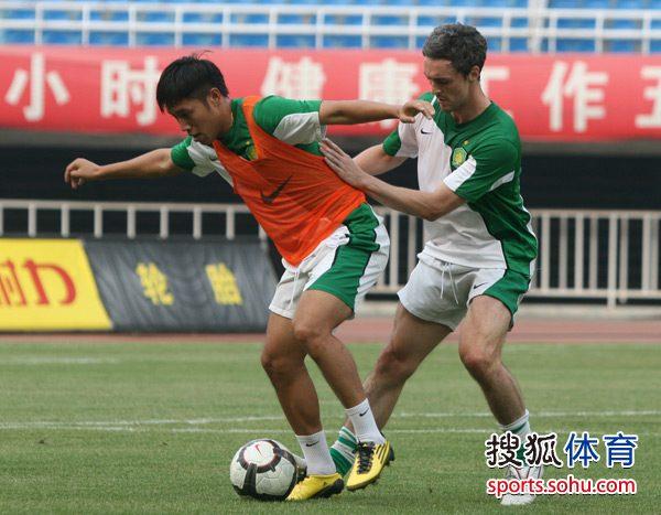 图文:[中超]国安陕西踩场 罗斯贴身防守王长庆