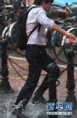 """上海百年一遇持续强高温""""憋""""出暴雨红色警报"""