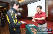 图文:中国公开赛抽签现场 选择自己的签位