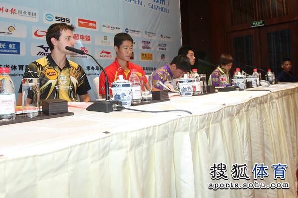 图文:中国公开赛抽签现场 队员面对媒体