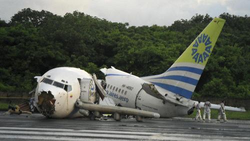 哥伦比亚警方在事故发生现场调查飞机坠毁原因
