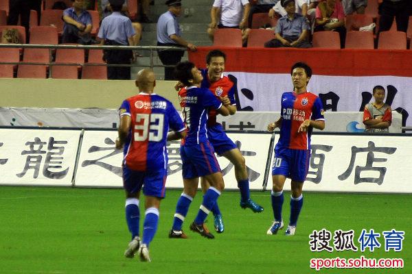 冯仁亮和队友拥抱