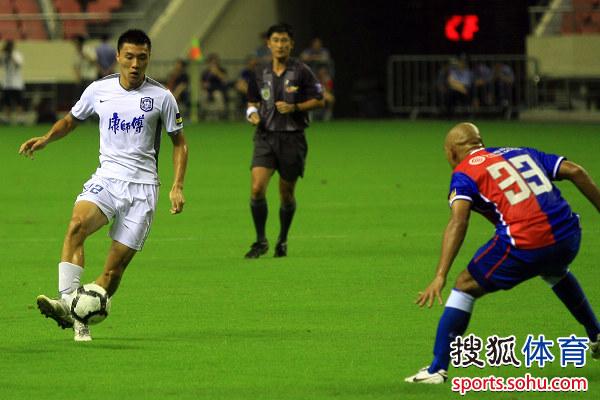 图文:[中超]上海1-0天津 于大宝带球进攻