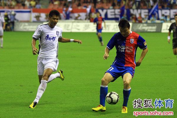 图文:[中超]上海1-0天津 姜坤组织进攻