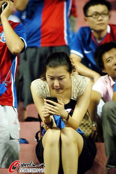 图文:[中超]上海1-0天津 女球迷清凉装