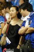 图文:[中超]上海1-0天津 女球迷现场吸烟