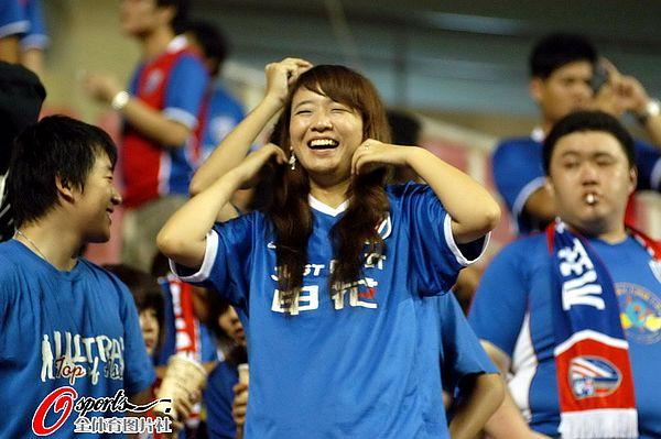 图文:[中超]上海1-0天津 女球迷笑逐颜开