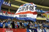 图文:[中超]上海1-0天津 球迷旗帜飘扬