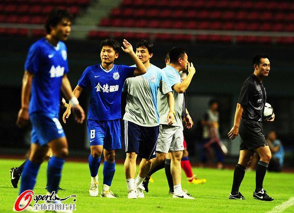 图文:[中超]长沙2-2重庆 不满判罚