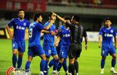 图文:[中超]长沙2-2重庆 与裁判对峙