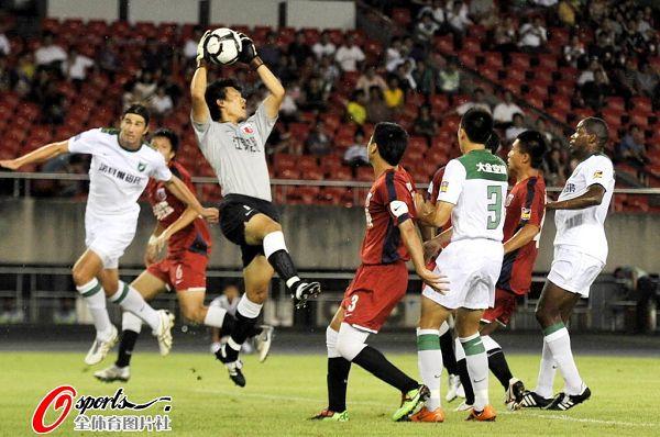 图文:[中超]杭州1-1南昌 门将摘球