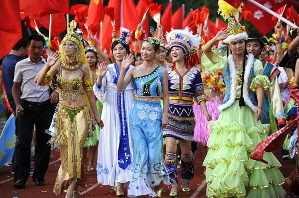 """2010年8月18日,深圳富士康龙华厂区,举行以""""珍爱生命,关爱家人""""为主题的万人誓师大会。王磊 / 东方IC"""