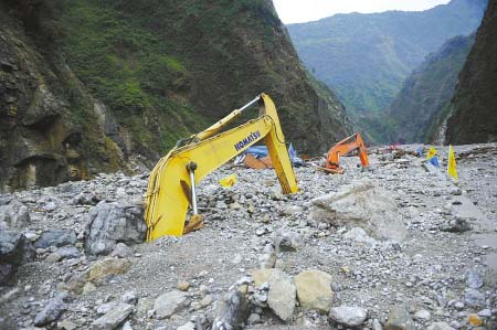 小岗剑堰塞湖附近,大型机械被泥石流淹没陈羽啸摄