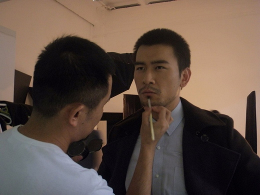 徐僧为杂志拍摄大片 尽显成熟男人迷人气质