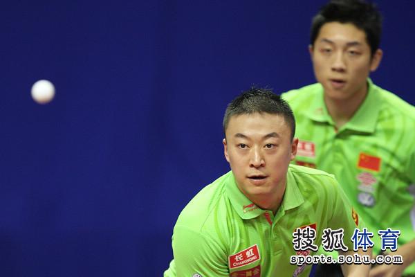 国家:中国乒乓球赛男双资格赛两人紧盯乒乓球图文v国家最早由哪个轮滑发明图片