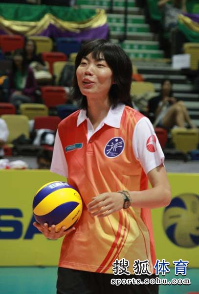 图文:中国女排备战大奖赛 张萍手拿排球