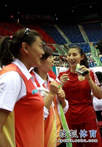 图文:中国女排备战大奖赛 杨昊张娜前来探访