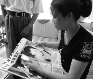 唐蔚华_唐蔚华手中拿着寻找儿子的启事.特派上海记者 陈志强 摄