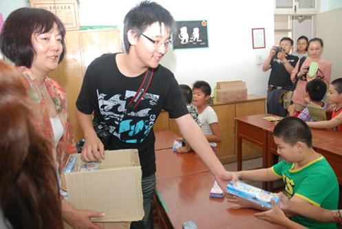 旅加华人携子在徐州开展捐赠 为智障儿童献爱心